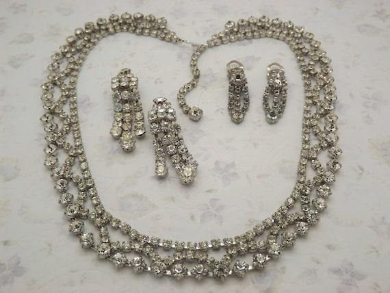 Lovely Vintage Silvertone Metal Pink Glass Swirl Pendant Necklace