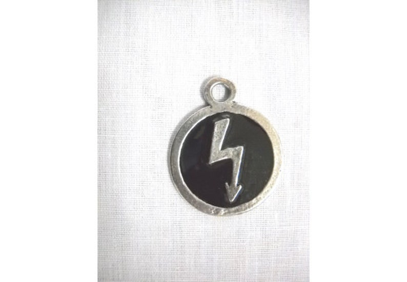 Wild Shock Rock Marilyn MANSON Lightning BOLT with BLACK Inlay Round Shaped Hand Cast Silver Pewter Pendant Adj Cord Necklace Metal Music