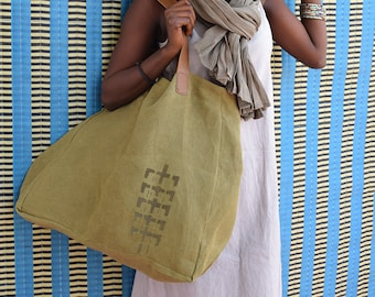 Large beach bag in natural dye, African handbag XXL with recycled leather handles and stencil Bogolan craft