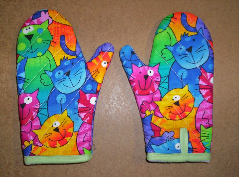 Child or junior size oven mitts pair