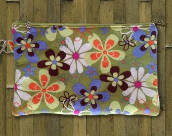 Clutch, Wristlet, Clutch Purse, Evening Bag, Bridesmaid Clutch, Zippered Bag in Mod Green Flowers