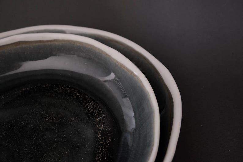 Plaque profonde / bol dans le bleu de galaxie avec des taches dor, porcelaine faite à la main, vaisselle minimale unique de cadeau