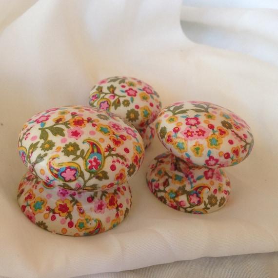 Les perles et bouton box-en bois rose ditsy fleur design boutons 30mm