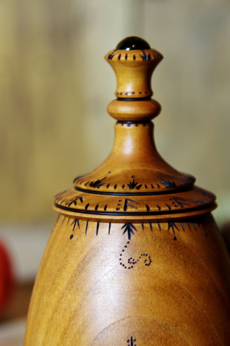 Merisier Pyrograved Wooden Round Box
