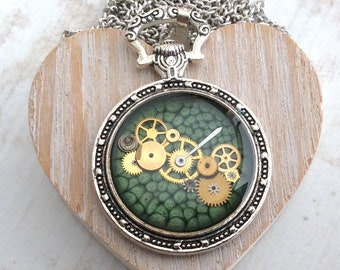 Green Necklace, Pocket Watch Necklace, Bijoux Steampunk, Pocket Watch Pendant, Steampunk Pendant, Green Pocket Watch, Alice in Wonderland