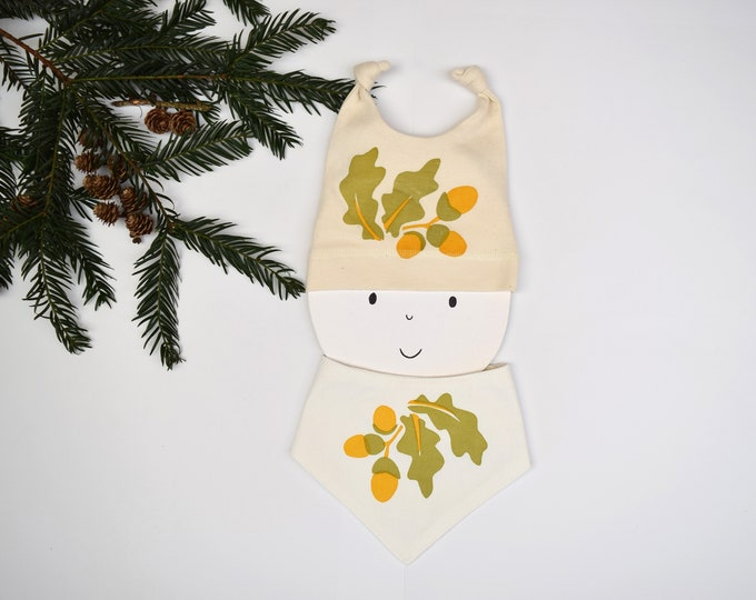 Baby bandana bib with oak leaves and acorns print in organic cotton. Teething drool bib. Woodland baby gift.