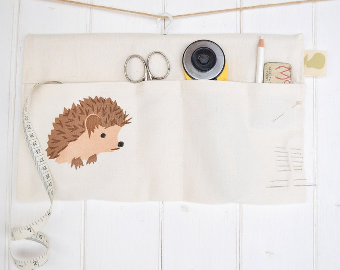 Hanging storage bag in organic cotton with a hedgehog. Desk tidy / organiser