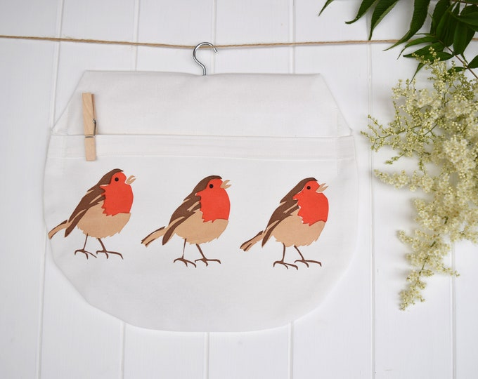 Peg bag in organic cotton with 3 robins. Hanging storage. Clothes pin bag.
