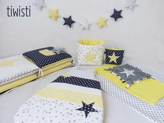 Ensemble déco chambre de bébé blanc, gris et jaune pastel : tour de lit,  gigoteuse,housse matelas à langer, corbeilles, doudou et guirlande