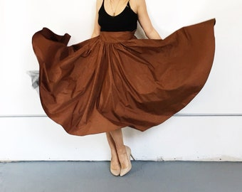 Brown taffeta high waisted full party skirt with crinoline underlay and pockets. Size XS/S.