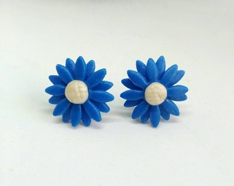 Daisy-shaped button earrings in polymer clay, small floral-shaped earrings, handmade clay earrings.