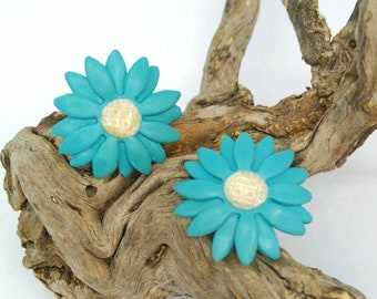 Daisy-shaped button earrings made in  polymer clay, daisy earrings, pin up earrings, custom design, statement daisy earrings, wedding stud.
