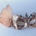 Rose gold masquerade mask women, metal mask with feathers, prom, weddings Rose gold metal mask with clip on feathers and veil