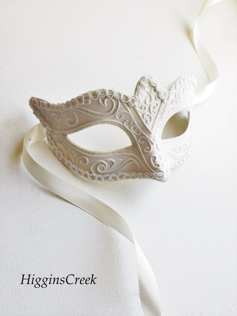 All White feather Masquerade Mask Diner en Blanc masquerade Mask women/'s white venetian masks by HigginsCreek white feather mask