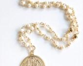 67c08f404f83 Artículos similares a Delicado collar Rosario de perlas cultivadas ...