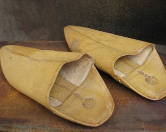 Vintage leather Moroccan slippers. Classic babouche, quality leather, interior & soles, mules. They store nestled in each other. From France