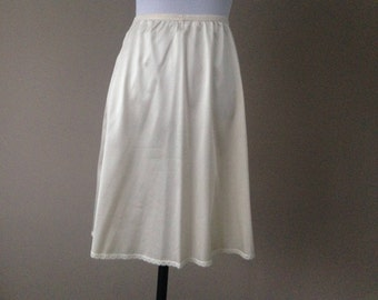 Ivory A-line Nylon Half Slip Vanity Fair Size Large 30 Inches #11-711