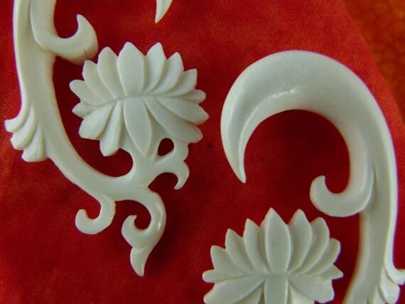 Bone 10mm 00 gauged White Lotus Plugs White Gauge Earrings *C031 10 mm Bone Earrings White Lotus Stretch Earrings 10mm  00 gauge