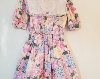 Vintage floral children's dress. Approx size 12/ 14
