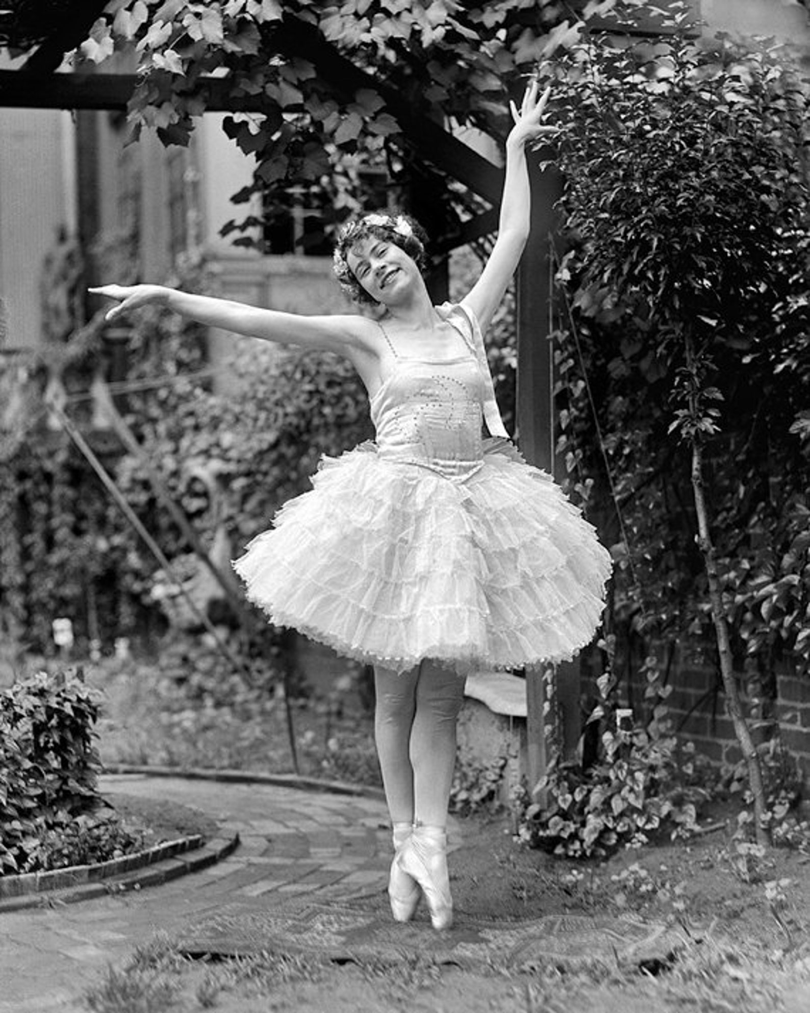 vintage image ballet dancer on her toes - 8 x 10 - instant download