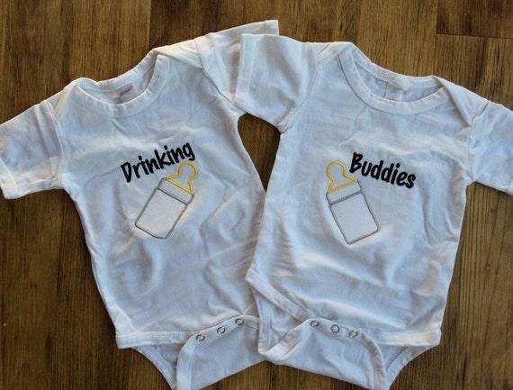 Drinken Van Vrienden Bodysuits Grappige Tweeling Cadeau Schattige Tweeling Bodysuits Twin Jongen Cadeau Twin Outfits