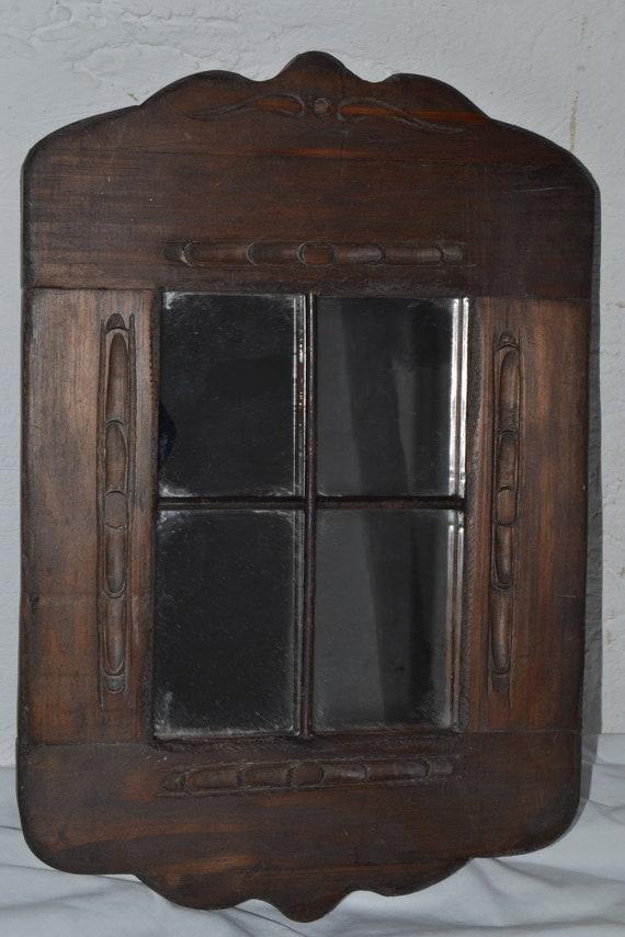 Marco de madera rústico tallado a mano con espejo y herraje.
