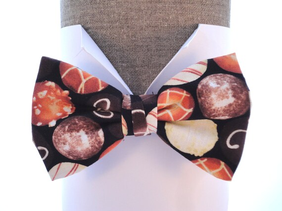 """Men's Bow Tie. Bow tie in an all over chocolate print, will fit neck size up ito 20"""" (50cms)"""