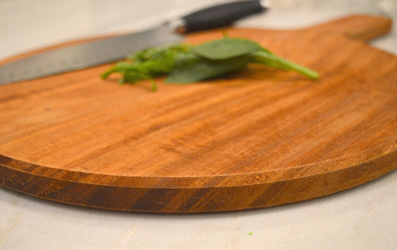 Medium Round Cutting Board with Handle image 0