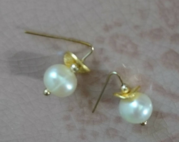 Minimal pearl earrings with gold accents, June birthstone dainty jewellery, chic and contemporary style, birthday gift for her, tiny earring