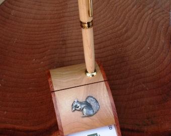 3d9d7dbecf85e Eichhörnchen Sie Holz Visitenkarte und Stift-Halter-Wildlife-Geschenk