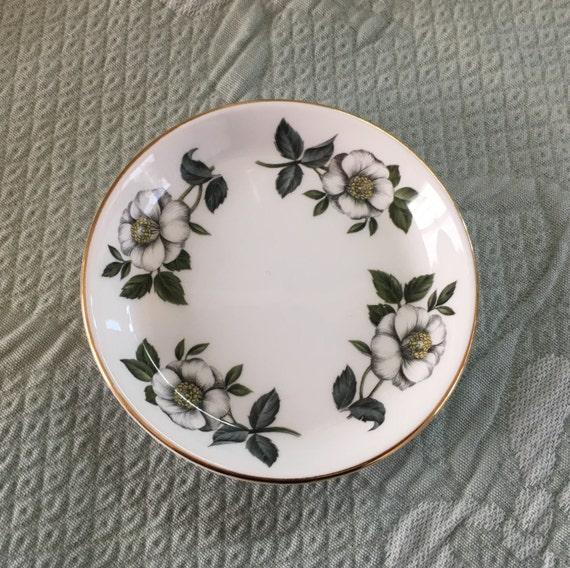 Feuilles en couronne Chine Staffordshire en Angleterre, modèle de Cotswold, fleurs blanches, vert, bordure dorée, 4 dans l'assiette, assiette apéritif, dessous de verre