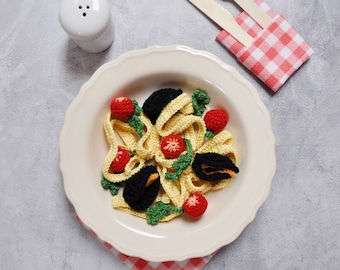 Crochet tagliatelle with mussels, parsley and cherry tomatoes, noodles, pasta, pretend play food, Montessori, amigurumi toys, Kinderküche