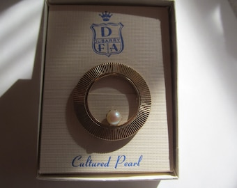 Vintage  round gold tone Brooch with Cultured  Pearl