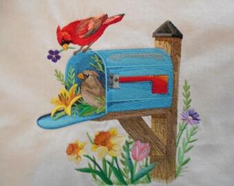 Cardinaux en boîte aux lettres tote bag avec de belles fleurs. Broderie machine très détaillé.