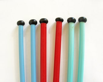 Bonette, Beehive, Haka knitting needles in red, blue and turquoise with black tops