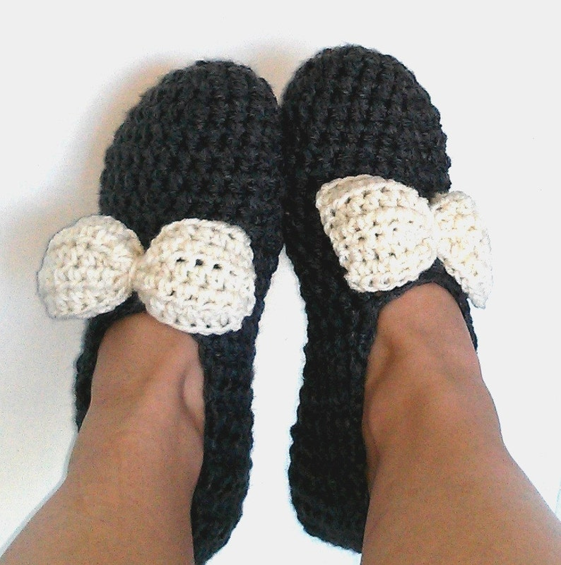 6cc907e1487fc Crochet Pattern ladies slippers women house shoes modern bow thick and  quick worsted weight or bulky yarn easy download PDF printable