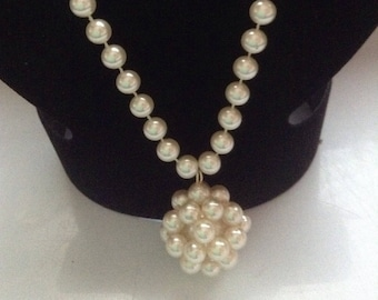 Beaded cream faux pearls string necklace with pendant NOS