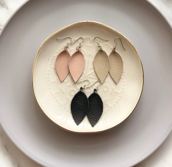 Small leather earrings in nude, black or ivory