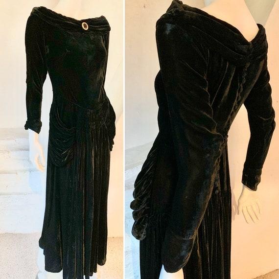 1940s 'Hollywood'....Lush black velvet evening gow