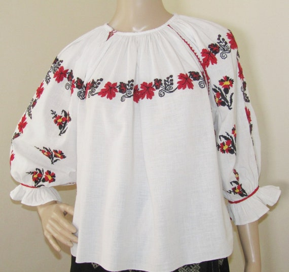 Romanian ethnic blouse / top vintage Romanian flor