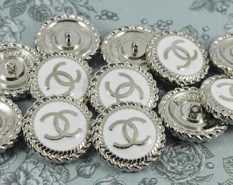 46d30771e0 Pulsante Chanel (20mm). Smalto bianco Vintage e tono argento timbrato  indietro pulsanti metallici usati