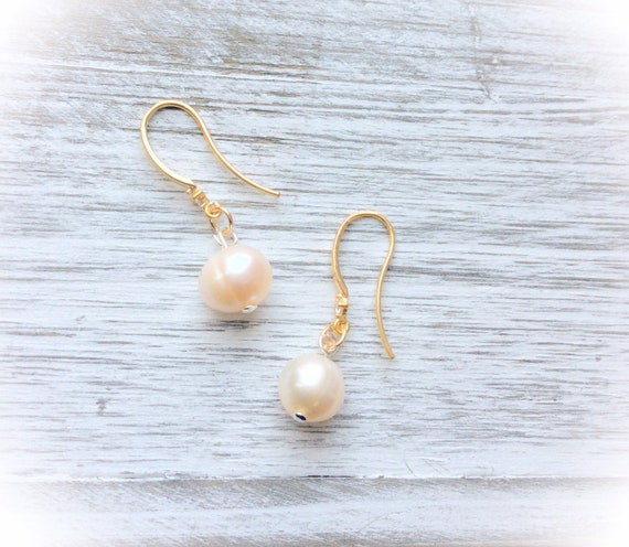 Wedding earrings, off white pearls, contemporary bride, june birthstone, bridesmaids pearl earrings, mother of bride earrings, wedding