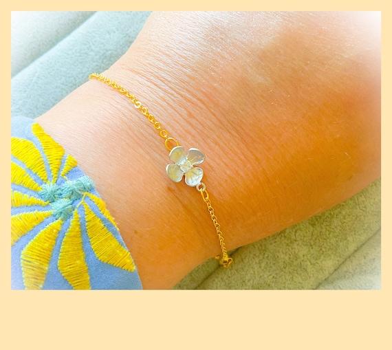 Daisy bracelet, flower bracelet, tiny daisy, silver daisy, silver and gold delicate bracelet, 21st birthday bracelet, dainty chain bracelet