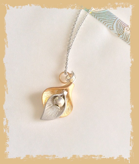 Calla lily jewellery, cala flower necklace, bride pendant, delicate flower necklace, bridesmaid necklace, gold silver pendant, Peace lily