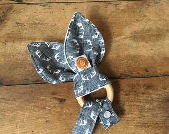 anneau de dentition chevreuil en bois massif style hochet avec papier sonore crinkle + attache à suce