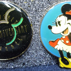 New old stock Mint Condition in the box 10 Different Disney Enameled Pin Set 10 year anniversary Disney Channel 2316a