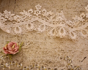 "Antique ivory lace ""Sissy"""