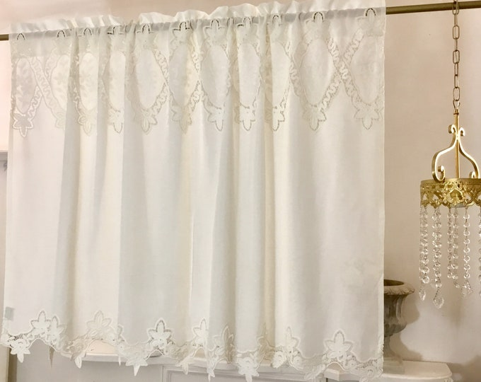 Luxury valance in linen and macramé