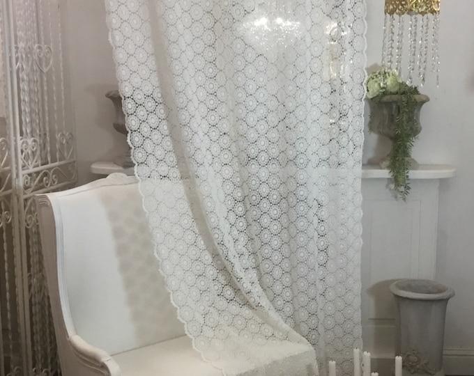 White macramè tent