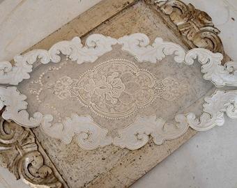 Elegant ivory lace center